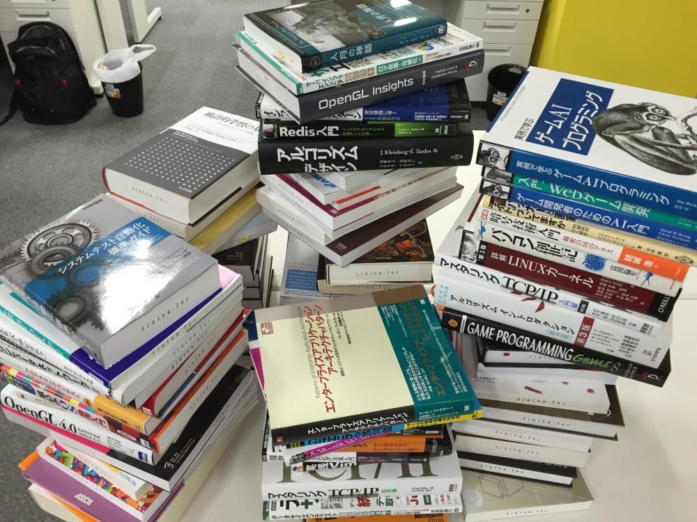 たくさんの書籍が引きで写った写真